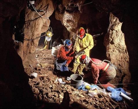 Romania Pestera cu Oase case - scavi